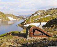 Истинный семейный очаг: трава на крыше дома в норвежских горах
