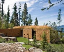 Используемая крыша кемпинга со стенами из дров