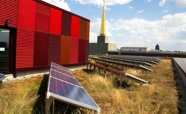 Солнечные системы и растения на крыше BioCube в Лейпциге